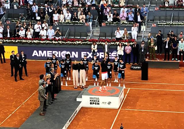 Djokovic levantando la copa Mutua Madrid Open